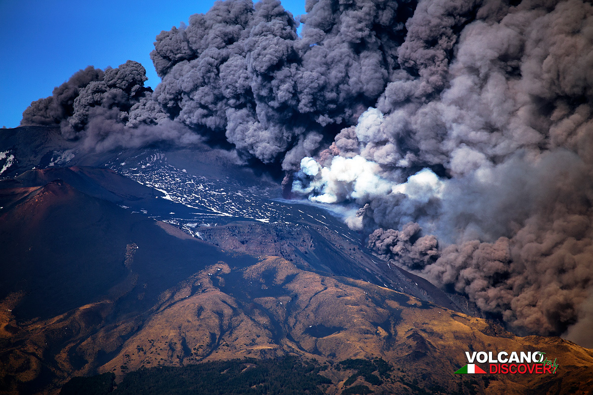 Dense ash plumes are being emitted from the summit crater and fissures which just have opened up at their base, accompanied by violent earth tremors. (Photo: Emanuela / VolcanoDiscovery Italia)