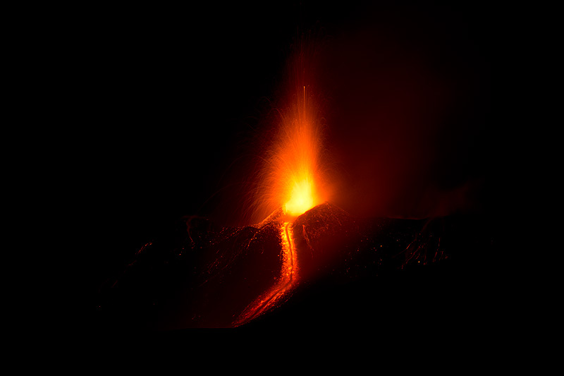 Strong strombolian activity from Etna's New SE crater and lava flow on 28 Feb 2017 evening (Photo: Emanuela / VolcanoDiscovery Italia)