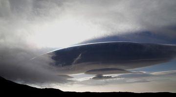 "An alien spaceship on Etna? A beautiful lenticular cloud called ""Contessa"" (Photo: Emanuela / VolcanoDiscovery Italia)"