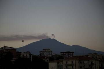 Intense degassing plume from Etna's Bocca Nuova crater in late Sep 2013, seen from Catania (Photo: Emanuela / VolcanoDiscovery Italia)