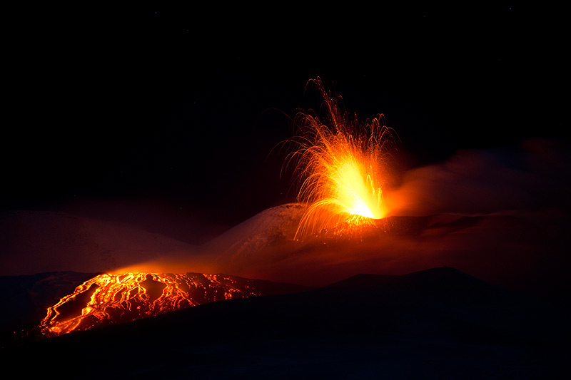 Etna's SE crater with strombolian activity and the lava flow (Photo: Emanuela / VolcanoDiscovery Italia)