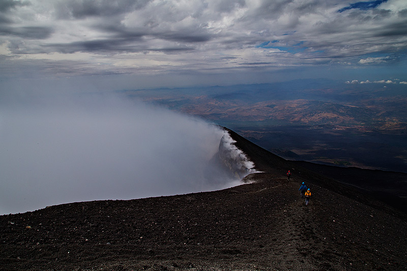 Hiking along the rim of Etna's Voragine Crater. (Photo: Emanuela / VolcanoDiscovery Italia)