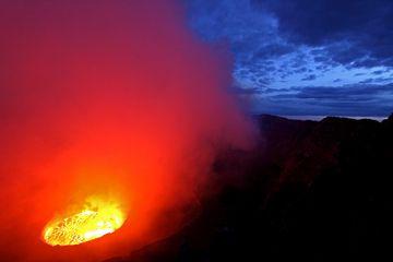 Nyirangongo Lavasee im ersten Licht, Vulkan Entdeckung Tour Januar 2011 (Photo: franzburgold)