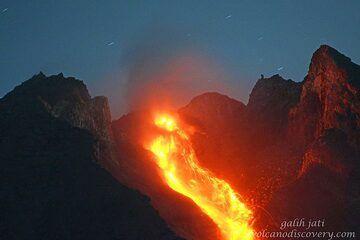 Glowing lava avalanche from Merapi's dome. (Photo: Galih Jati)