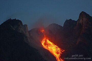 Another larger glowing rockfall. (Photo: Galih Jati)