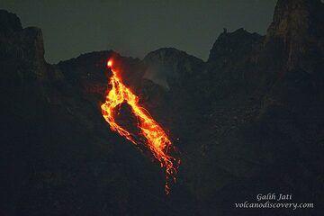 Glowing rockfall without moonlight. (Photo: Galih Jati)