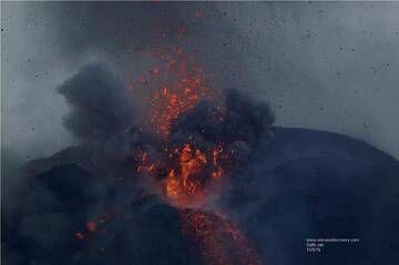 Strombolian eruption and the lava flow from the summit of Anak Krakatau (15 Sep 2018) (Photo: Galih Jati)