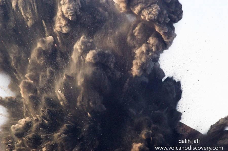 Start of a vulcanian explosion (Krakatau Oct 2018) (Photo: Galih Jati)