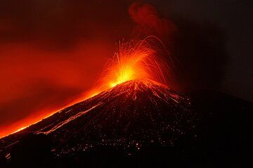 Strong strombolian activity and lava flow at Krakatau (Sep 2018) (Photo: Galih Jati)
