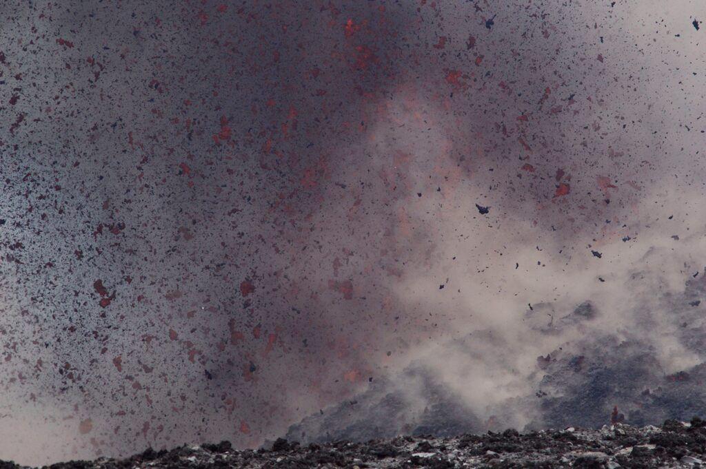Lava spatter flying through the air (Krakatau Sep 2018) (Photo: Galih Jati)