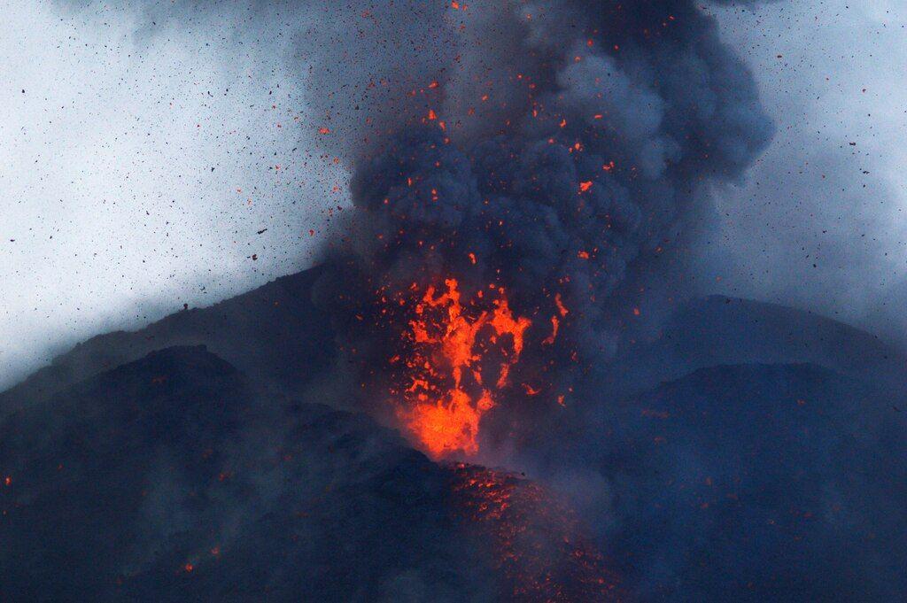 Lava bubbles at the effusive vent (Krakatau Sep 2018) (Photo: Galih Jati)