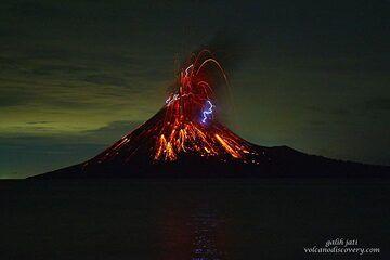 Vulcanian eruption at Krakatau (Nov 2018) (Photo: Galih Jati)