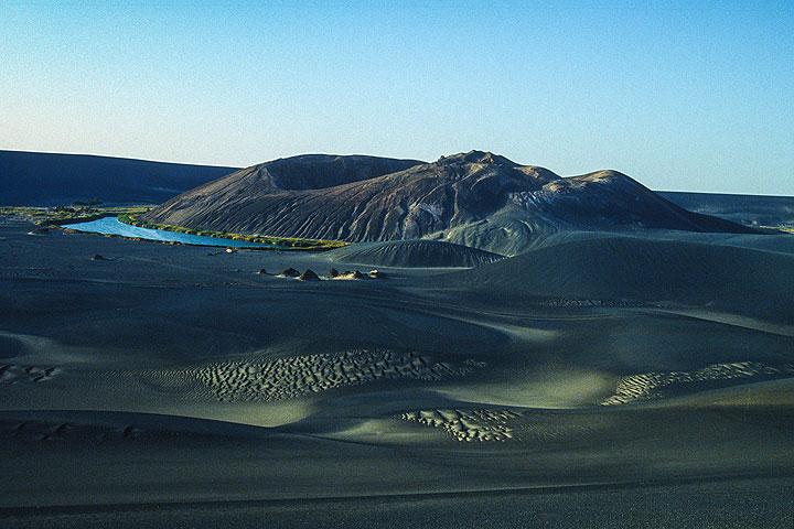 Young cinder cone at Wau-an-Namus in the Lybian desert (Photo: Uwe Ehlers / geoart.eu)