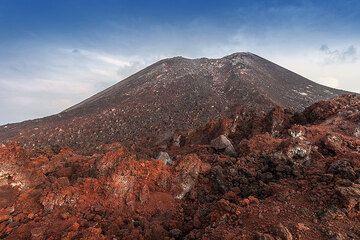 The barren summit cone of Anak Krakatau (Photo: Uwe Ehlers / geoart.eu)