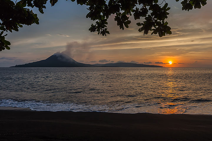 Sunset over Krakatau (Photo: Uwe Ehlers / geoart.eu)