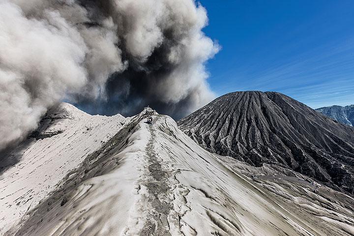 Ash eruption at Bromo (Photo: Uwe Ehlers / geoart.eu)
