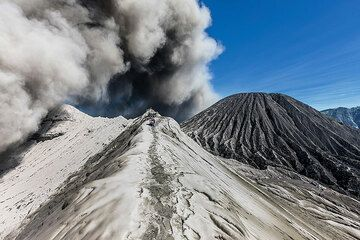 Ash eruption at Bromo (Photo: Uwe Ehlers / geoart.eu)