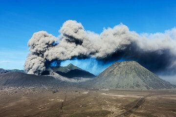 Erupting Bromo and Batok cones. (Photo: Uwe Ehlers / geoart.eu)
