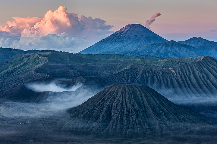 The classic view of Bromo and Semeru volcano (in background) (Photo: Uwe Ehlers / geoart.eu)