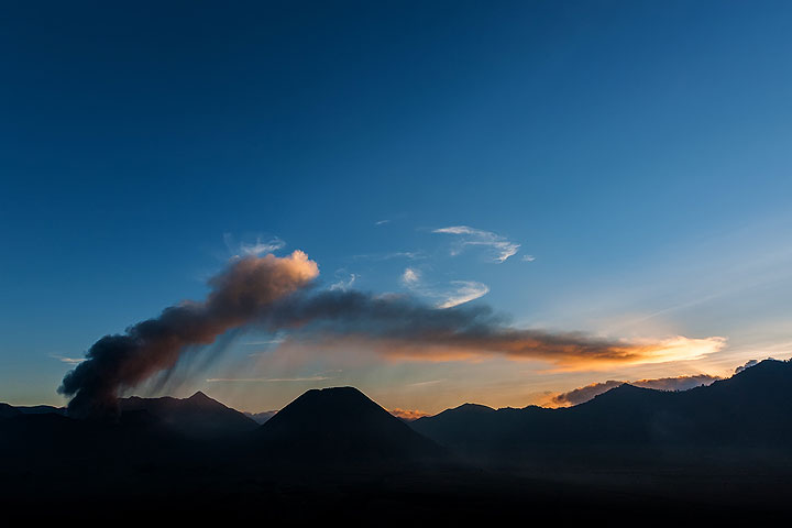 Evening ash plume from Bromo (Photo: Uwe Ehlers / geoart.eu)