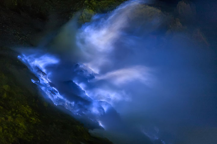 Blue flames at Ijen volcano from close (Photo: Uwe Ehlers / geoart.eu)