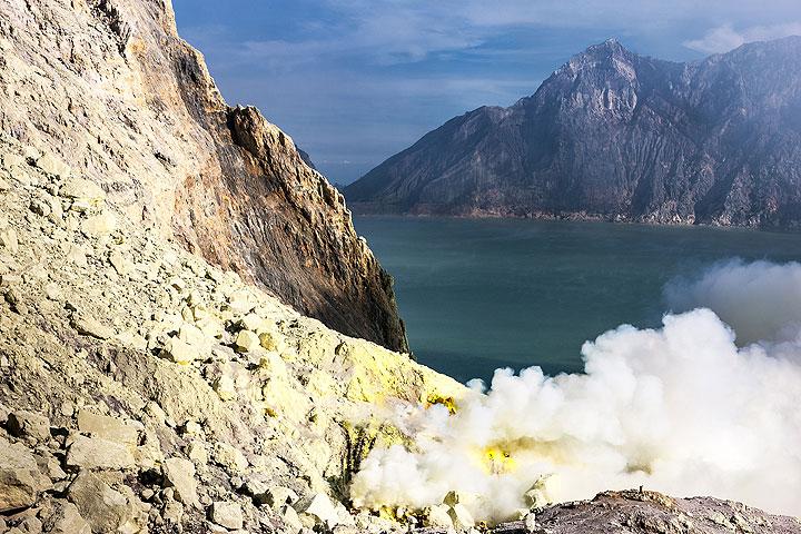 Ijen's acid crater lake Kawah Ijen (Photo: Uwe Ehlers / geoart.eu)
