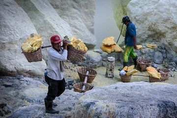 Loading the baskets with sulfur (Photo: Uwe Ehlers / geoart.eu)