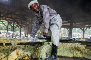 Worker inside the sulfur processing facility (Photo: Uwe Ehlers / geoart.eu)