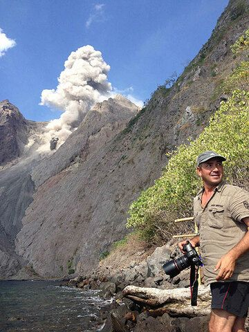 Tom Pfeiffer at Batu Tara volcano (Indonesia) (Photo: Gian Schachenmann)