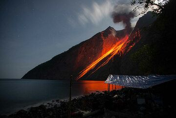 Eruption from Batu Tara volcano in Nov 2014 (Flores Sea, Indonesia) (Photo: Gian Schachenmann)