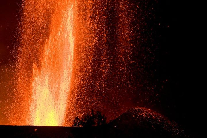 Lava fountain during Nyamuragira's eruption in November 2011 (Photo: Gian Schachenmann)
