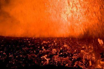 Lava fountains from Nyamuragira volcano (DR Congo) in Nov 2011 (Photo: Gian Schachenmann)