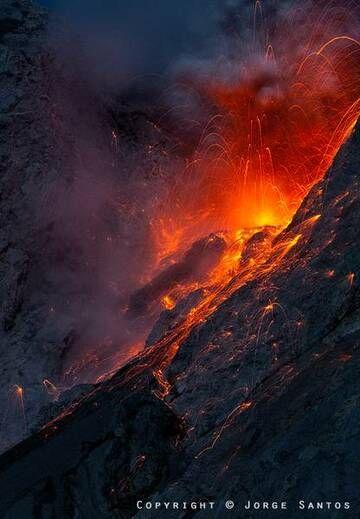 Strombolian activity from the crater of Batu Tara volcano, Indonesia (Photo: jorge)
