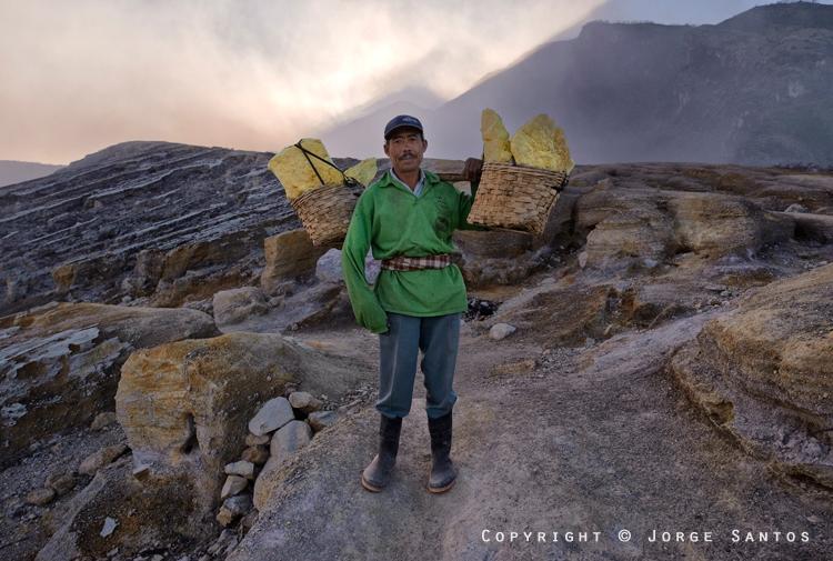 Ijen-Miners carry between 50Kg to 75Kg of sulphur (Photo: jorge)