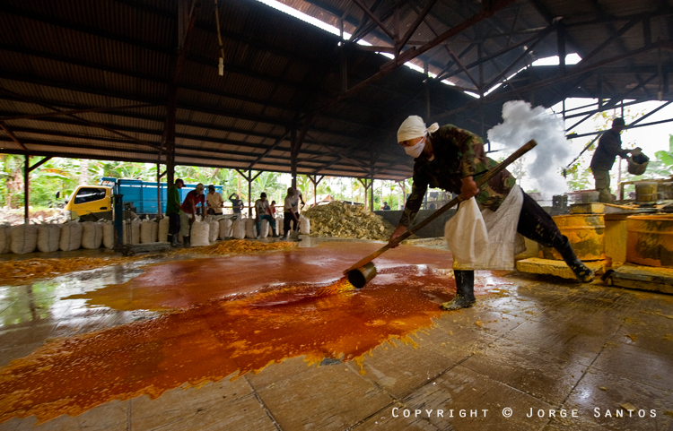 Ijen-The liquid sulphur is then spread on the floor where it re-solidifies (Photo: jorge)
