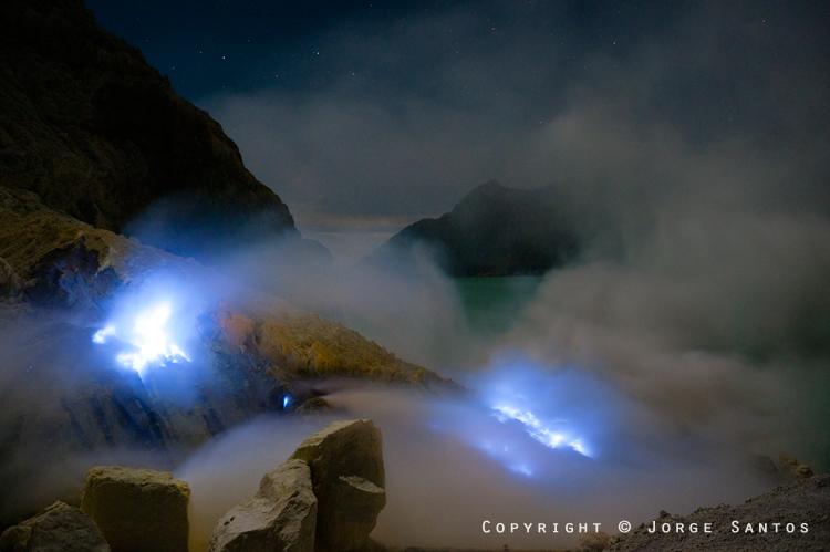 Ijen-Miners set fire to the sulphur to melt it (Photo: jorge)