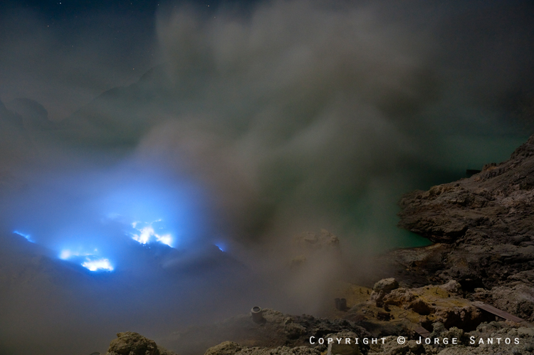 Ijen-The solidified sulphur is then broken into pieces for the miners to carry to the kantor, some 3km away (Photo: jorge)