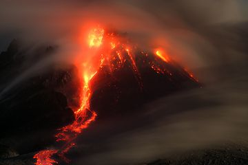 Incandescent pyroclastic flow from Montserrat's Soufrière Hills volcano at night (Photo: marcofulle)
