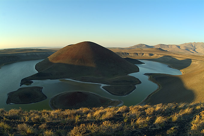 Meke Golu cinder cone (Karapinar volcano field, Turkey) seen from SW. Just behind the cinder cone, at right, the maar of Aci Gol, about 5 km away. (Photo: marcofulle)