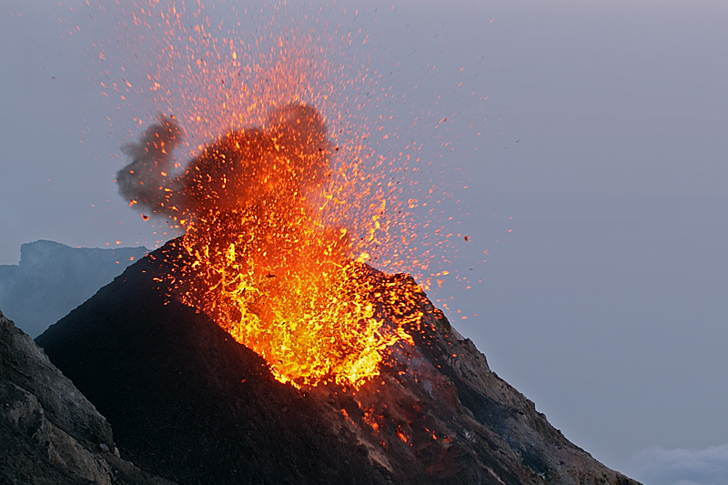 Liquid lava erupts from the vent of the eastern cone of Stromboli volcano (May 2009) (Photo: marcofulle)