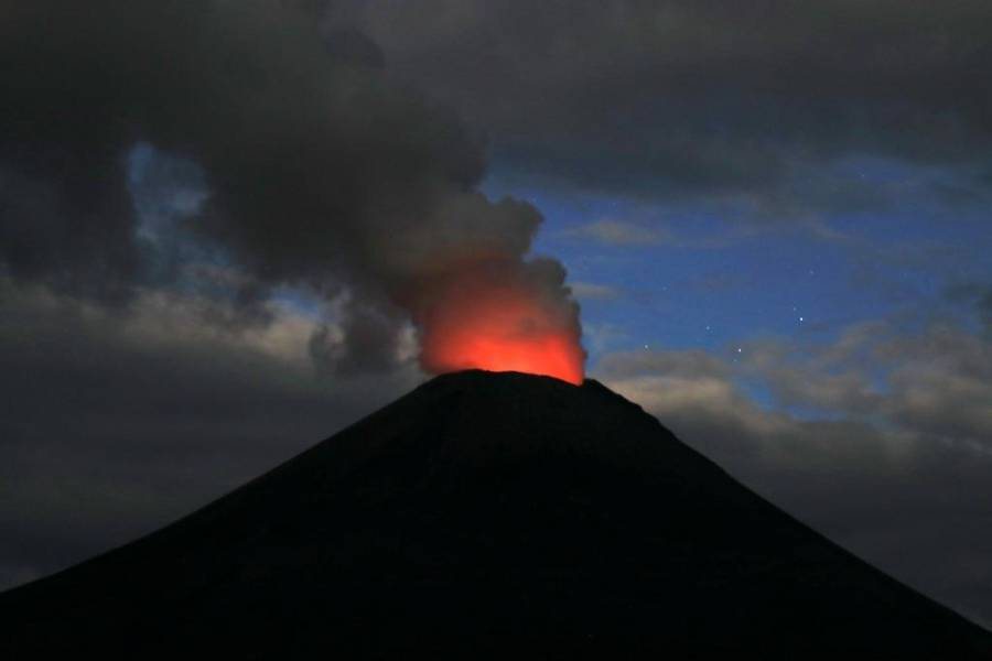 Karymsky Volcano glowing at dusk. (Photo: mlyvers)