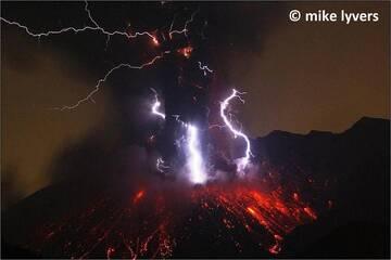 Sakurajima volcano (Japan) with spectacular volcanic lightning during an explosion in May 2012. (Photo: mlyvers)