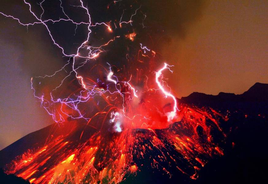 Longer exposure of Sakurajima night eruption with abundant volcanic lightning. (Photo: mlyvers)