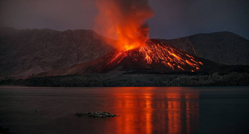 Strombolian explosion at Rinjani's Barujari cone on 21 Nov 2015 evening (Lombok, Indonesia) (Photo: Martin Rietze)