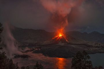 Strombolian explosion from Barujari cone and steaming from the recently active fresh lava flows (21 Nov 2015, Rinjani volcano, Lombok, Indonesia) (Photo: Martin Rietze)