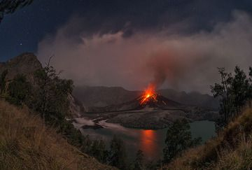 Fish-eye view over Rinjani's caldera with erupting Barujari cone on 21 Nov 2015 evening (Lombok, Indonesia) (Photo: Martin Rietze)