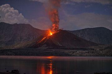 Morning view of Rinjani's Barujari cone in eruption on 22 Nov 2015 (Lombok, Indonesia) (Photo: Martin Rietze)