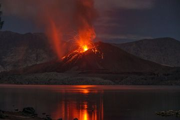 Strombolian eruption and hot dust devil at Rinjani's Barujari cone on 22 Nov 2015 evening (Lombok, Indonesia) (Photo: Martin Rietze)