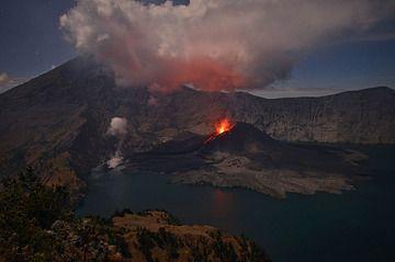 Rinjani's Barujari cone in eruption on 23 Nov 2015 (Lombok, Indonesia) (Photo: Martin Rietze)