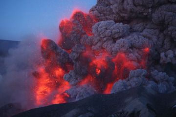 Eyjafjallajökull, Iceland, 8 May 2010 - glowing ash explosions in the twilight (Photo: Martin Rietze)